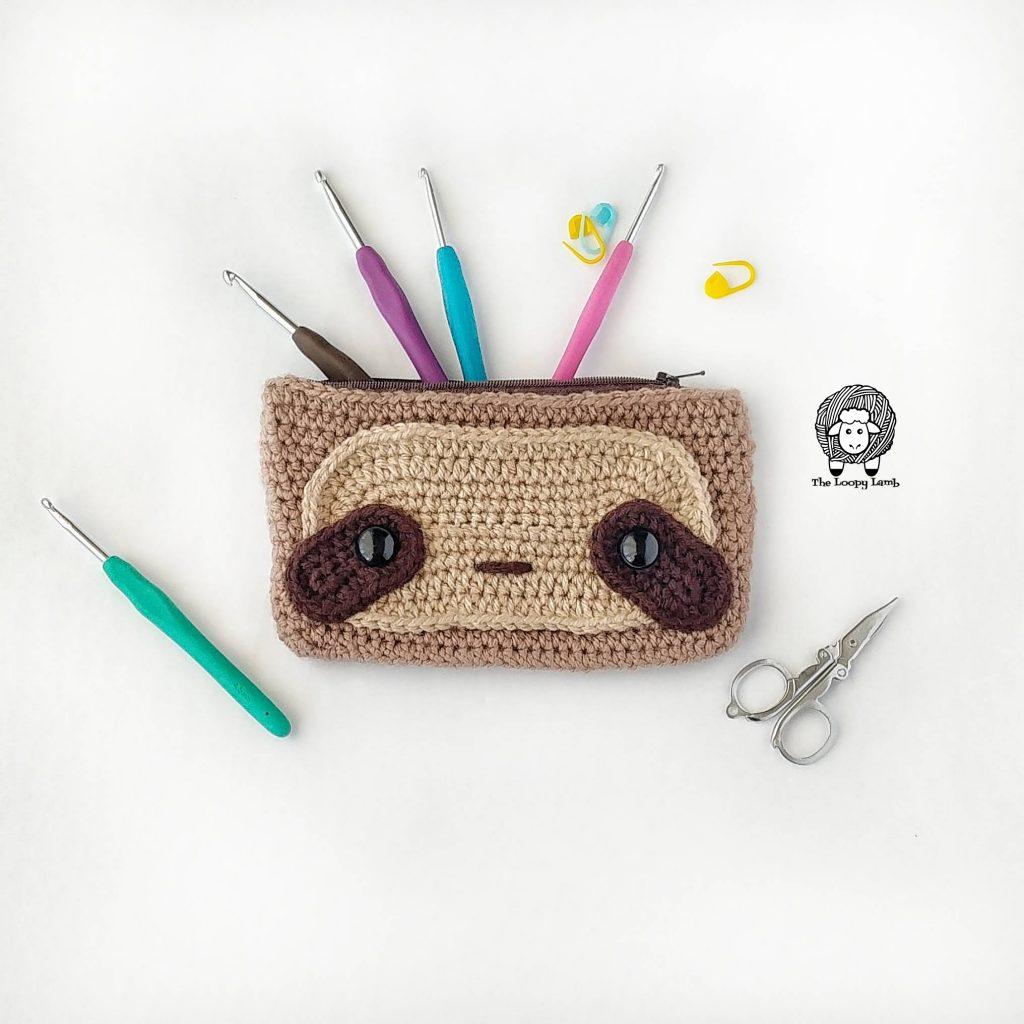 Sloth Hook Case - Free Crochet Pattern by The Loopy Lamb  #sloth #crochet #freecrochetpattern #crochetpattern #crochetsloth #hookcase #clutch #easycrochetpattern #beginnercrochet