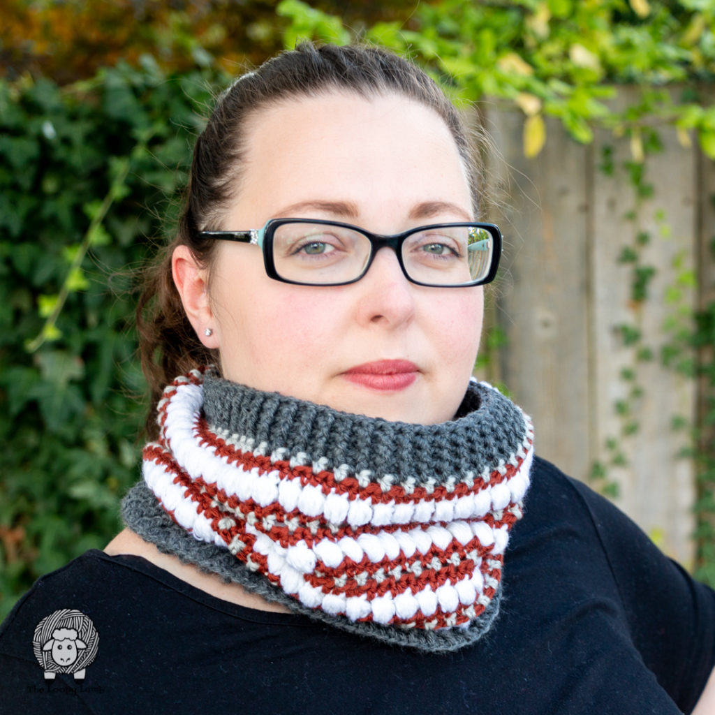 woman modelling the strut your puff cowl made with this easy crochet cowl pattern#wecrochetofficial #wecrochet #stitchandhustle #2021StitchAndHustleBlogHop